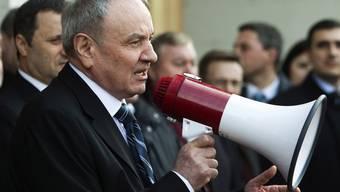Der frisch gewählte Präsident Moldawiens Nicolae Timofti spricht vor dem Palast der Republik in Chisinau