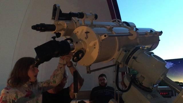 Frank Nagel erklärt, wie die Schärfe des Teleskops verändert wird