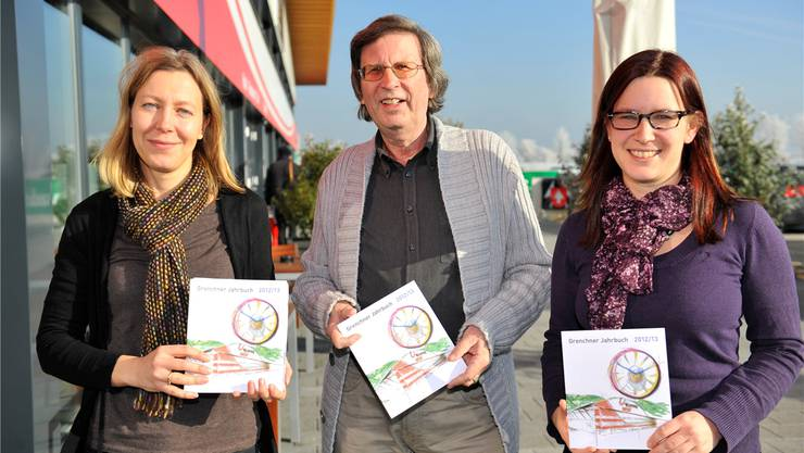 Das Redaktionsteam: Salomé Moser, Thomas Schärli und Angela Kummer mit dem Grenchner Jahrbuch.