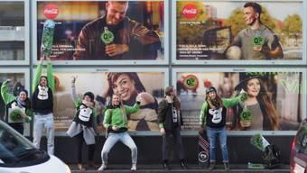 Diverse Cola-Plakate in der ganzen Stadt Zürich wurden in einer Guerilla-Aktion überklebt. Die Kleber sind wieder ablösbar.