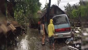 """Mit Windgeschwindigkeiten von bis zu 195 Stundenkilometern zog der Taifun """"Phanfone"""" über die Philippinen. Mindestens 16 Menschen kamen ums Leben, mehrere gelten noch als vermisst."""