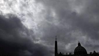 Umrisse des Petersdoms vor einem bewölkten Himmel: Um die Zukunft des Vatikans wird derzeit viel spekuliert