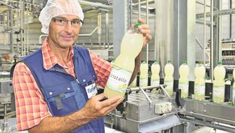 Betriebsleiter Peter Schaub mit einer frisch in Lostorf abgefüllten Flasche Cristallo Grapefruit.