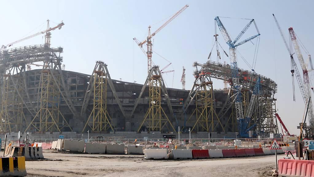Eine Stadion-Baustelle der WM 2022 in Katar, wo schon vormittags Schweizer Zeit WM-Spiele ausgetragen werden