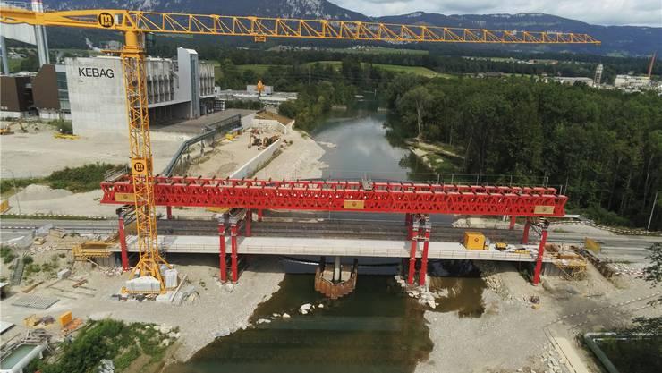 Die fertig betonierte Südseite der neuen Brücke, die künftig nur von einem Pfeiler in der Mitte der Emme gestützt wird.