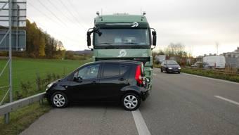 Das Sattelmotorfahrzeug streift den Personenwagen seitlich und schiebt ihn 55 Meter vor sich her.