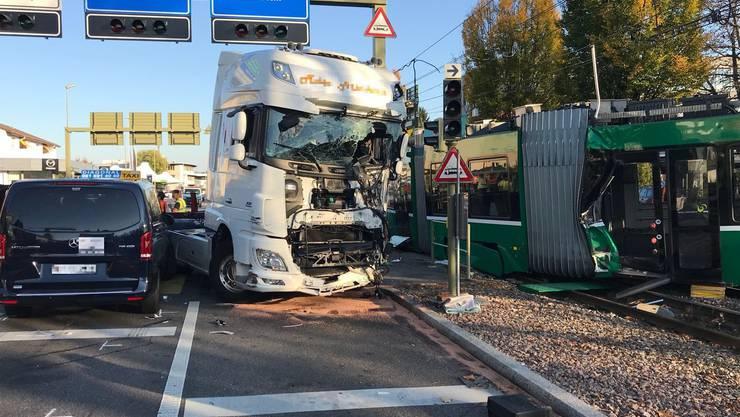 Bei der Rennbahn-Kreuzung kam es zu einem Doppelunfall. Zuerst zwischen einem Roller und einem Auto, danach kollidierte ein Tram mit einem Lastwagen.