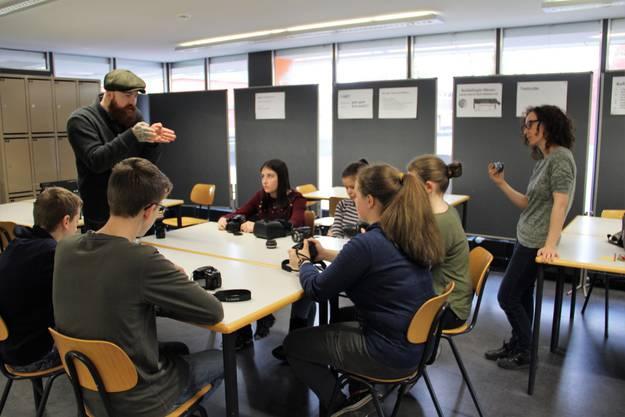 """An der Bezirksschule Windisch laufen die Vorbereitungen auf Hochtouren. Im Frühjahr 2019 soll das Endprodukt, der Film """"burnout"""", in die Kinos kommen; die Schüler mit Michèle Bachmann und Adrian Ehrbar."""