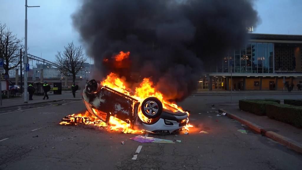 Brennende Autos und geplünderte Geschäfte: Krawalle wegen Corona-Massnahmen