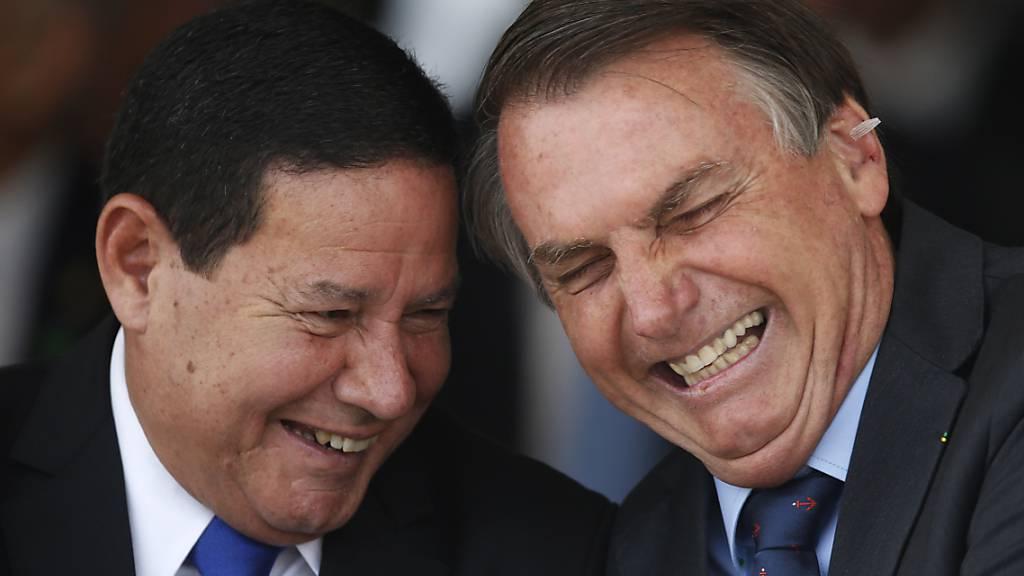 ARCHIV - Der brasilianische Präsident Jair Bolsonaro, rechts im Bild, mit Hamilton Mourão, dem brasilianischen Vizepräsidentnem. Foto: Eraldo Peres/AP/dpa