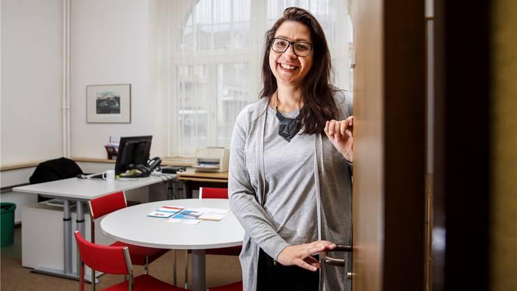 Anelise De Freitas führt in ihrem Büro Erstgespräche mit fremdsprachigen Neuzuzügern in der Stadt Grenchen.