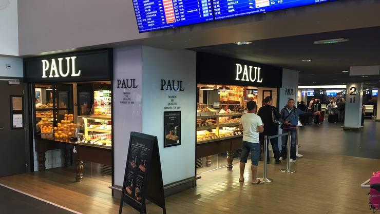 Bei Paul auf der französischen Seite der Abflugebene gibt es frische Sandwiches.