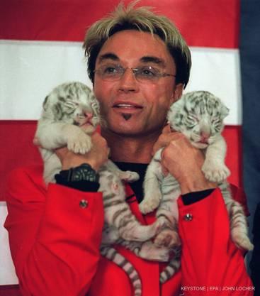 Roy Horn posiert mit zwei Tiger-Babys