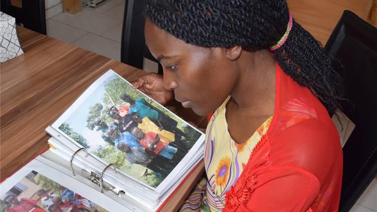 Harriet Suter blättert im Fotoalbum. Die Bilder zeigen Kinder, die in ihrem Waisenhaus in Uganda ein Zuhause gefunden haben.