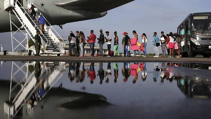 Venezolaner auf der Flucht aus ihrem Heimatland steigen in Boa Vista in Brasilien in ein Flugzeug, um von dort weiter nach Sao Paulo oder Manaus zufliegen. (Archivbild)