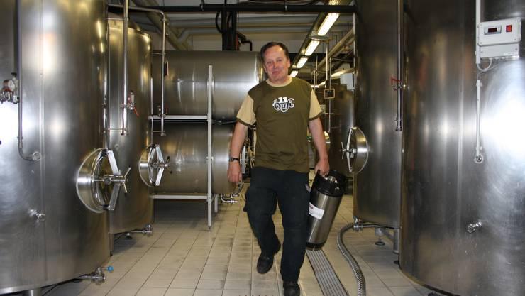 Alex Künzle hat den Sommer hindurch in seiner Öufi-Brauerei alle Hände voll zu tun.