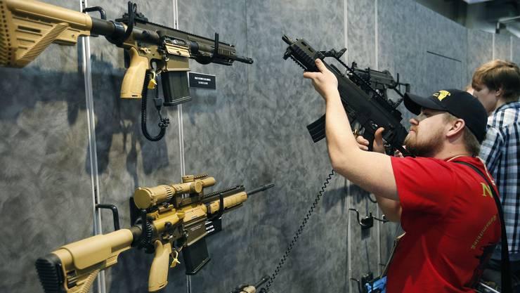 231 Abgeordnete stimmten in Washington dafür, dass verdeckt getragene Waffen künftig auch über Grenzen in Bundesstaaten oder an Orte gebracht werden können, die eigentlich schärfere Waffengesetze haben. (Symbolbild)