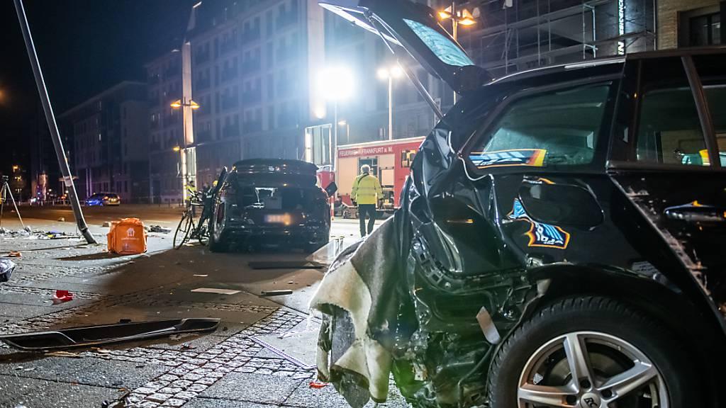 Tod auf dem Gehweg - SUV-Auto erfasst in Frankfurt mehrere Menschen
