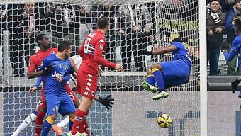"""Der """"fliegende"""" Evra erzielt die 1:0-Führung für Juventus Turin."""