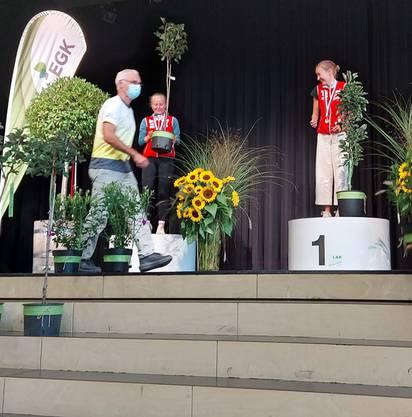 1. und 2. Rang für den Aargau: Eline Gemperle (m.) und Siri Suter (r.)