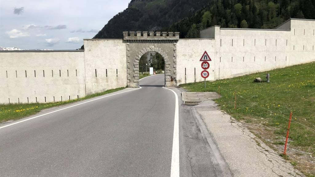 Töfffahrer prallt auf St. Luzisteig GR in Festungsmauer und stirbt