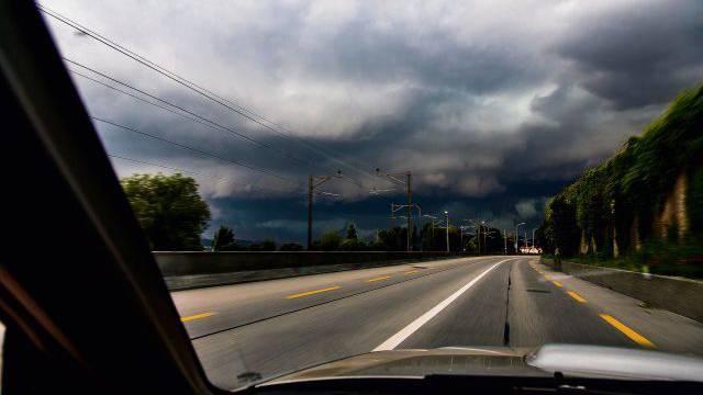 Den Horror-Sturm im Visier: Auf der Strasse zwischen Biel und La Neuveville am Bielersee. Foto: Kurz Dominic