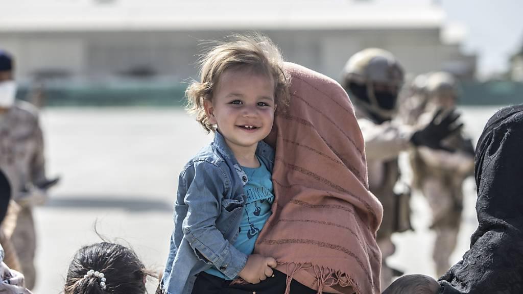Warten auf den Abflug: Ein afghanisches Kind auf dem Flughafen in Kabul.