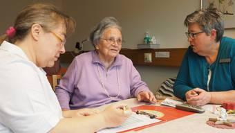 Pflegefachfrau Beate Schriever (links) und Pflegedienstleiterin Heidi Aeschlimann zusammen mit Pensionärin Lydia Merz (Mitte) bei der Erfassung bestehender Symptome (Esas).