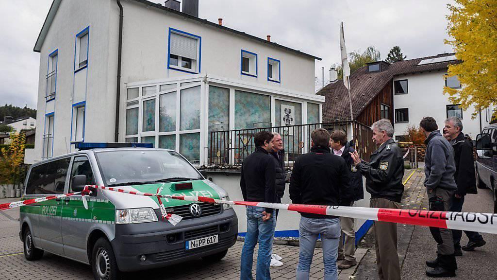 """Polizisten vor dem Haus, in welchem der """"Reichsbürger"""" die Polizisten angeschossen hatte."""