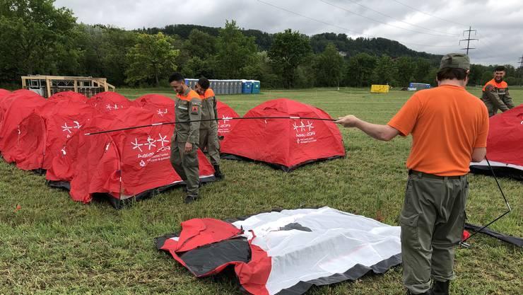 Zivilschützer bauen die roten ETF-Zelte auf. Bis zum ersten Festwochenende müssen 300 Zelte auf dem Platz stehen.