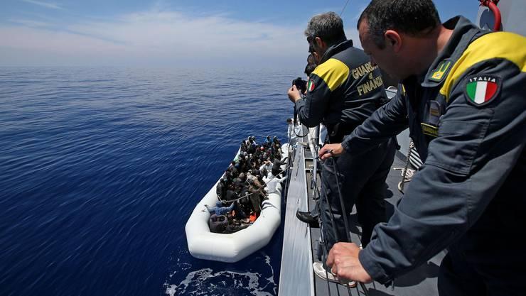 Die italienische Küstenwache nimmt Flüchtlinge auf dem Mittelmeer auf. (Archiv)