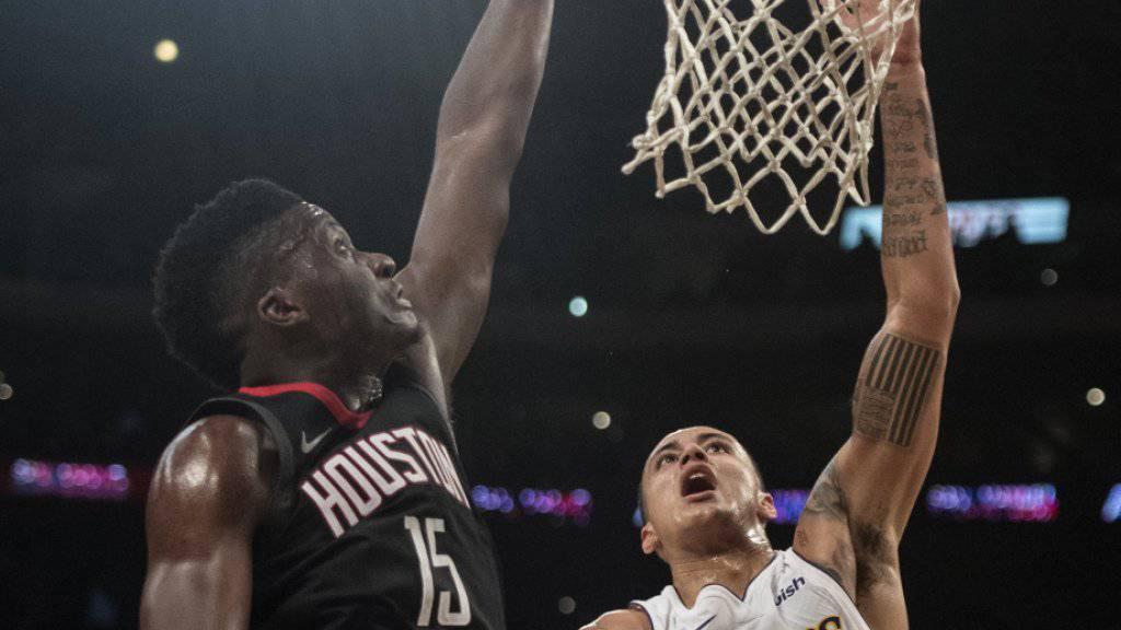 Houstons Center Clint Capela (links) gewann das Schweizer NBA-Duell gegen Thabo Sefolosha (Utah Jazz) abermals