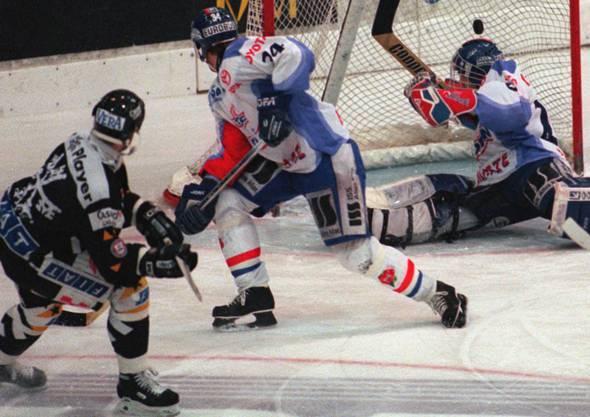 Lugano-Offensivverteidiger Tommy Sjödin (l.) schiesst am 5. Januar 1997 das 1:0 für Lugano. Den Klotenern Greg Brown und Reto Pavoni bleibt das Nachsehen.