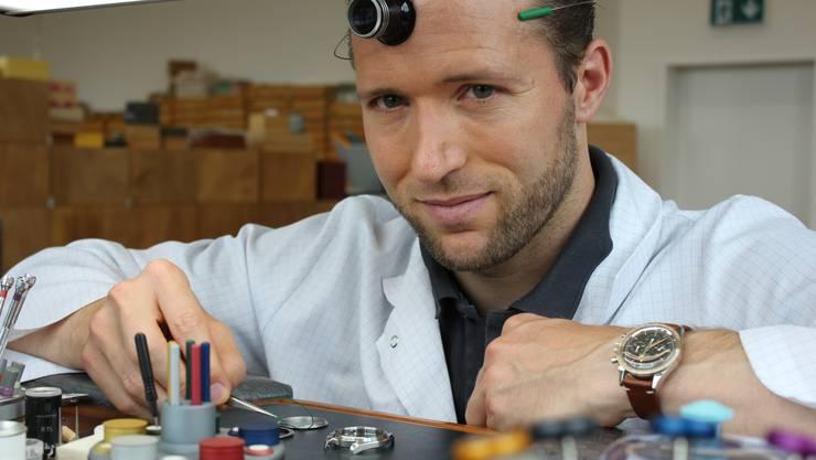 Uhrenunternehmer John Meyer am «Établi» in seiner Firma in Horgen.