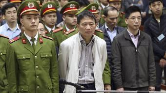Der aus Berlin entführte Vietnamese Trinh Xuan Thanh (Bildmitte) ist in einem ersten Prozess in seiner Heimat bereits zu lebenslänglicher Haft verurteilt worden.