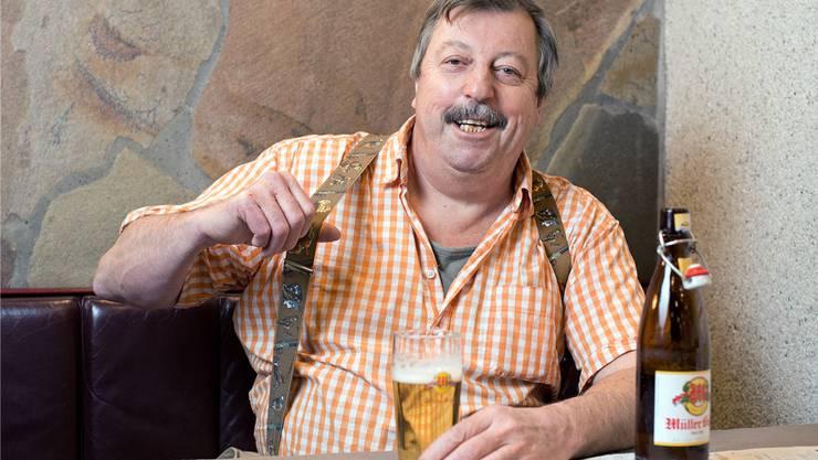 «Seid gegrüsst»: Heinz Blaser zieht zur Begrüssung an seinen Hosenträgern, die er auch als Stadtammann tragen würde.