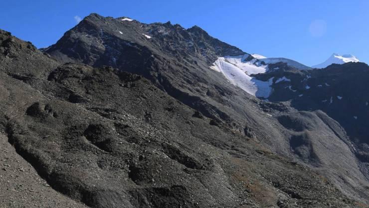 Der untersuchte Blockgletscher (linke Bildhälfte) im Turtmanntal im Wallis verändert sich an seiner Oberfläche rasant und kriecht immer rascher talwärts.
