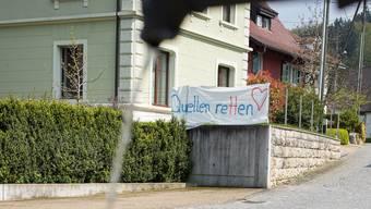 In Zwingen wird mit Transparenten gegen die geplanten Deponien in den Gebieten Bernhardsmätteli und Pfandel protestiert. (Archiv)