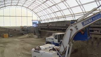 Tausende Tonnen an Steinen werden pro Tag aus dem Gubrist und dem Bözberg gehoben. Mit einem speziellen System werden sie dann in den Steinbruch in Oberegg transportiert.