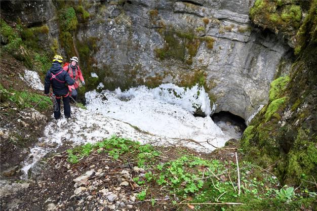 Im Eingangsbereich der Glacière de Monlési in Val-de-Travers liegt jahraus, jahrein Schnee.