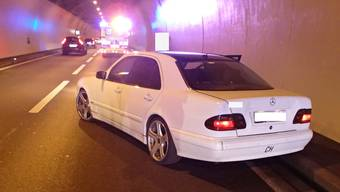 Ein junger Automobilist fuhr am Donnerstagnachmittag auf der Autobahn A3 im Habsburgtunnel einem anderen Fahrzeug auf.
