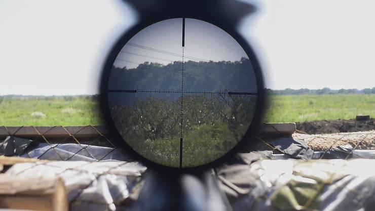 Immer öfter im Visier von Bewaffneten: die OSZE-Beobachter in der Ost-Ukraine. (Aufnahme von der Frontlinie in der Oblast Luhansk/Lugansk vom Juli 2015)