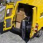 Ein Postbote auf Liefertour in Bern. Mit Kontingenten für die 100 grössten Auftraggeber will die Post den Kollaps des Verarbeitungs- und Zustellungssystems verhindern. (Archivbild)