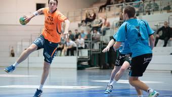 Markus Hock wirft den Ball durch die Abwehr der SG Pilatus.