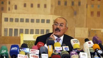 Ali Abdullah Saleh spricht 2011 in Sanaa vor den Medien