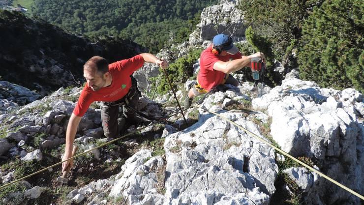 Das Errichten der Forstzäune auf dem Balmfluhköpfli forderte Daniel Schmutz (links) und Simon Rickli (beide vom Forstbetrieb Wasseramt) einiges ab. Die beiden sind schwindelfrei und waren selbstverständlich gut gesichert.