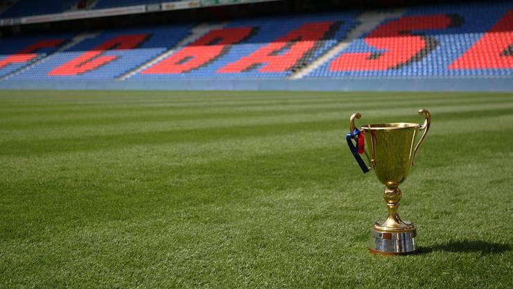 Für einen Wettbewerb kann man sich mit dem Meisterpokal ablichten lassen.