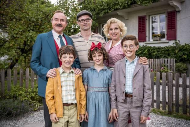 Stefan Kurt (Papa Moll), Maxwell Mare (Fritz), Manuel Flurin Hendry (Regie), Luna Paiano (Evi), Isabella Schmid (Mama Moll) und Yven Hess (Willy) v.l.n.r.
