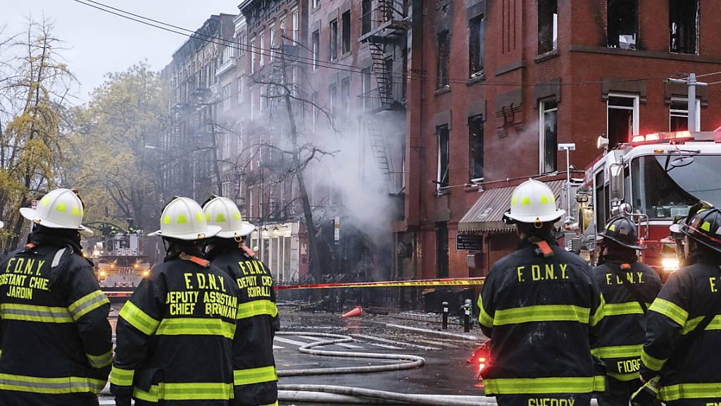 Feuerwehrleute stehen für Löscharbeiten vor dem Gebäude der «Middle Collegiate Church». Ein gewaltiges Feuer hat eine historische Kirche in dem New Yorker Stadtteil East Village weitgehend zerstört. Foto: Yuki Iwamura/FR171758 AP/dpa
