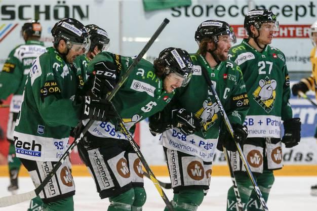 Der verletzte Luca Zanatta wird von Simon Luethi, Lukas Haas und Devin Muller vom Eis begleitet.